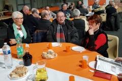 2018 14 Déc. 10° A Parmi les tables Denis bien entouré de Marie-Claude et Nicole_200933