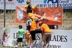 Chateaurenard 24.06.2018. Le 16 Tango accroche sa banderole avec l'aide de St-Girons_DD31204